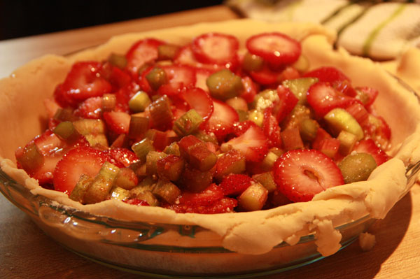 Strawberry and rhubarb filling in the pie