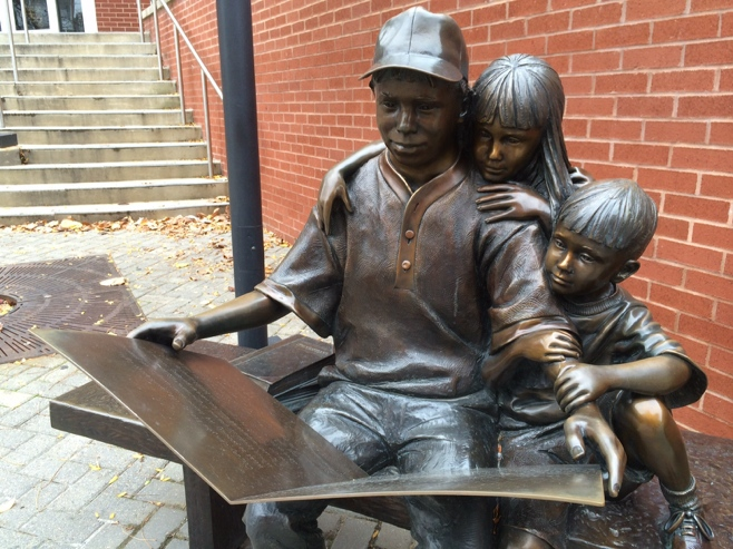 Bronze statue of children reading
